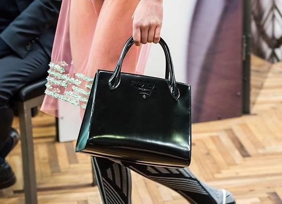 4ca27ccb4a Οι τσάντες στις πασαρέλες για την άνοιξη καλοκαίρι 2018